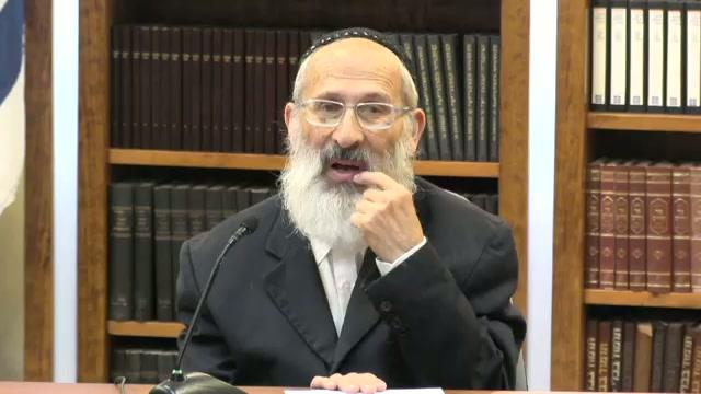אדם ששמע ברכת הדלקת נרות חנוכה בבית הכנסת, כיצד ינהג בהדלקת הנרות בביתו ?