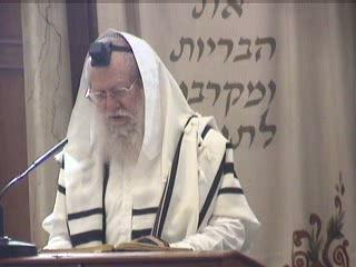מי שיש לו בית הכנסת בעירו ואינו נכנס להתפלל בו נקרא שכן רע