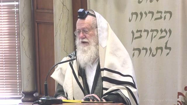 הדלקת נר חנוכה בבית הכנסת