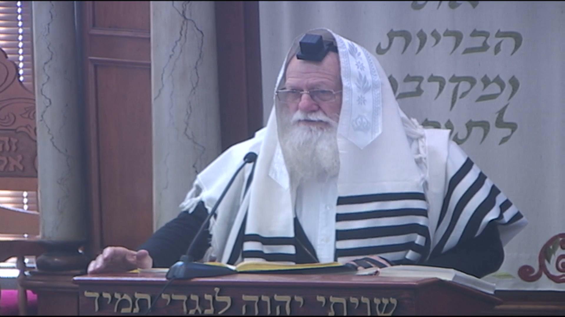 """אמירת הפסוק """"בבית אלהים נהלך ברגש"""" בעת הכניסה לבית הכנסת"""