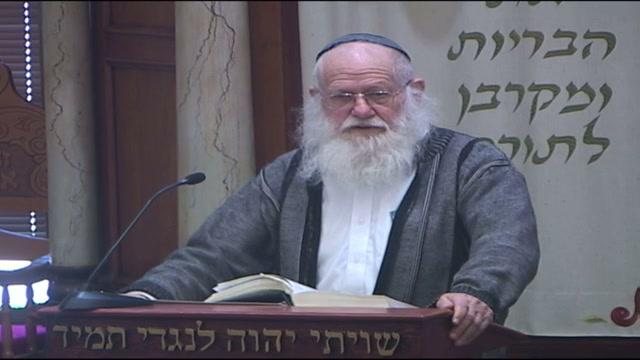 המדבר באמצע התפילה או מי שעושה שחוק בבית הכנסת עונשו גדול