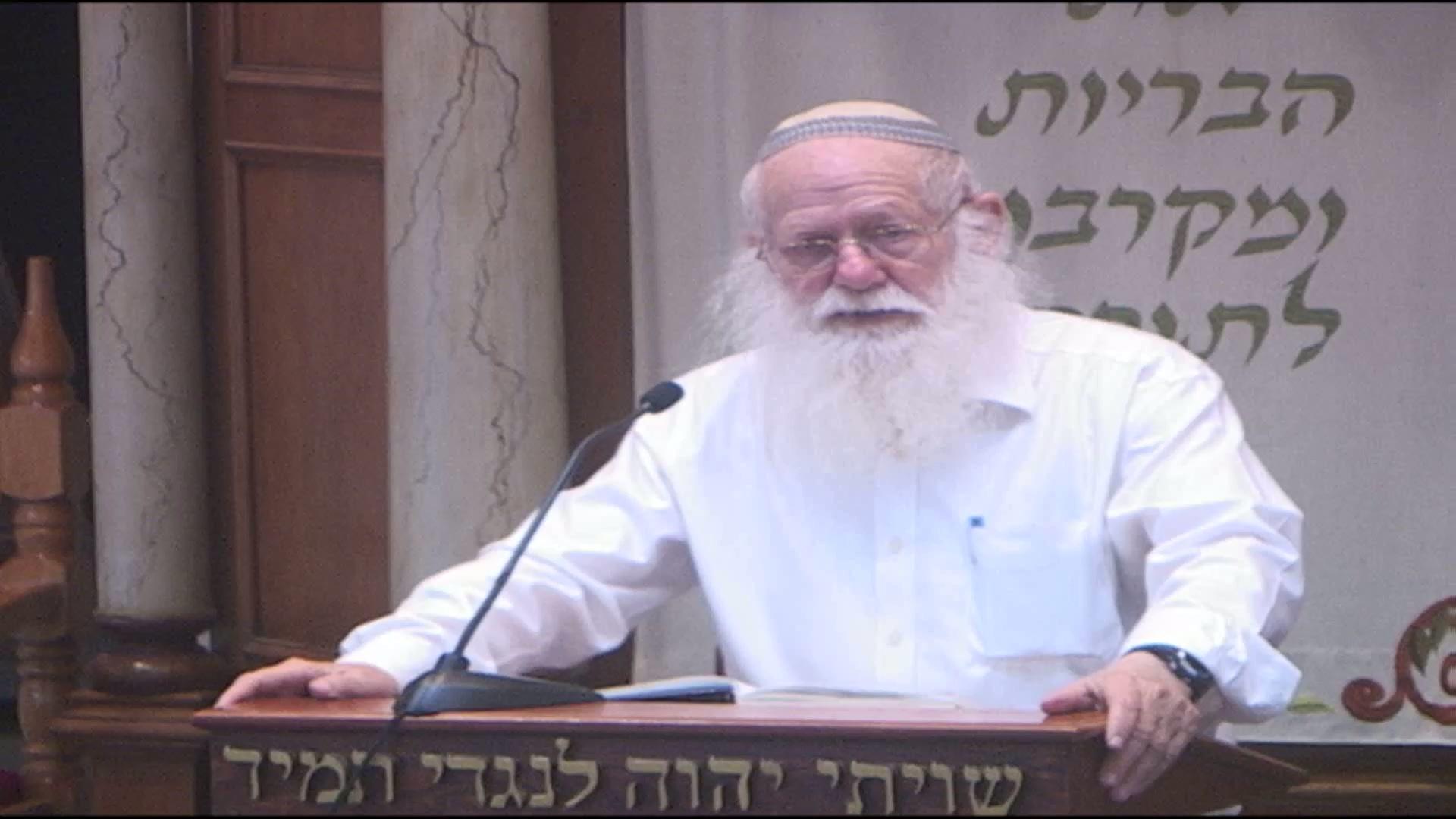 אם השם של המנהיג של עם ישראל הוא שם נוכרי מה המשמעות של הדבר ?